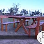 foto mesa con bancos de madera dura
